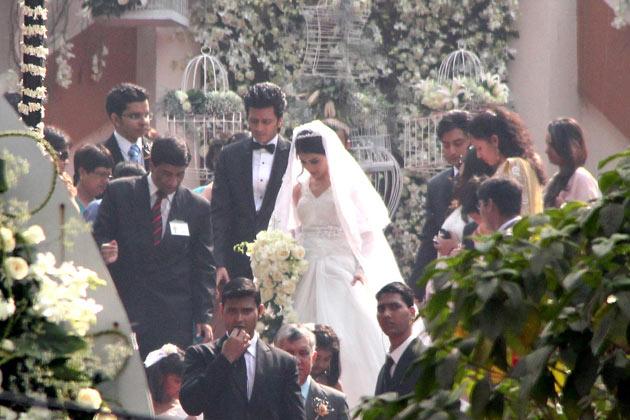 http://mymarriagewebsite.com/wp-content/uploads/2012/02/Ritesh_Genelia_Leaving_Church_After_Wedding.jpg