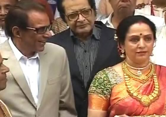 Dharmendra has eyes only for Hema Malini at Esha Deol Bharat Takhtani Wedding