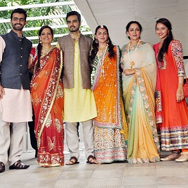 Bharat Takhtani, his brother, mother with Esha Deol, Hema Malini, Ahana at the Mehendi Ceremony