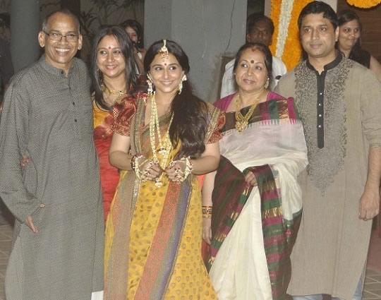 Picture of Vidya Balan at her Mehendi Ceremony with sister Priya, brother-in-law Kedar, father P R Balan, mother Saraswathy Balan